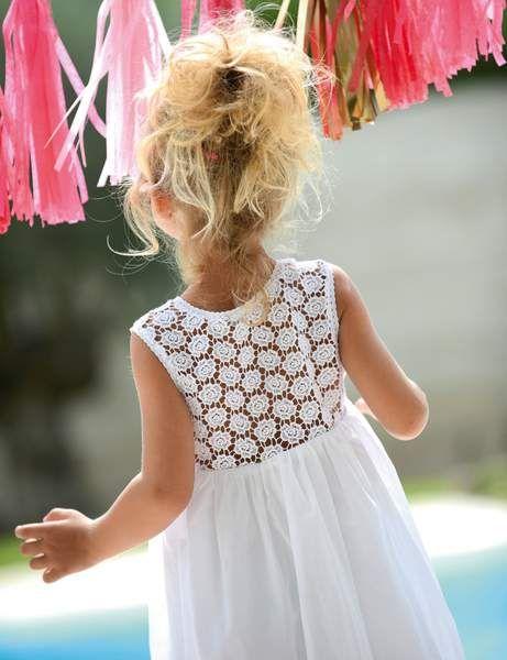 Une robe vaporeuse à plis, mi coton mi soie (dès 55 €), disponible en blanc ou rose pâle. On l'accessoirise avec un noeud amovible (9.90 €). Sur www.cyrillus.fr
