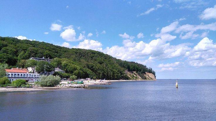 Wzgórze Kępy Redłowskiej, wraz z 40 metrowym klifem spadającym do Bałtyku, jest charakterystycznym elementem w krajobrazie Trójmiasta. Klif, podmywany przez morskie fale, osuwa się i cofa średnio o 1 metr rocznie. Wyruszam z...