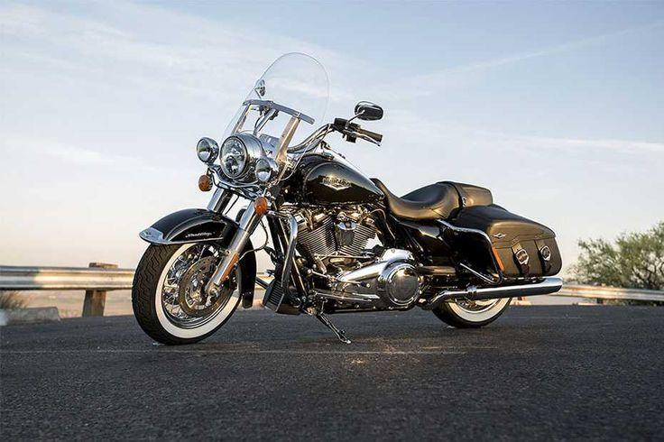 """Harley-Davidson: Neuer Motor """"Milwaukee-Eight""""  Zweirad Zweifellos ist die Road King Classic eine der schönsten Harley-Davidsons. Das neue Modelljahr bietet, trotz der nostalgischen Hülle, den brandneuen luft-/ölgekühlten """"Milwaukee-Eight 107""""-Motor mit 1745 Kubikzentimeter Hubraum."""