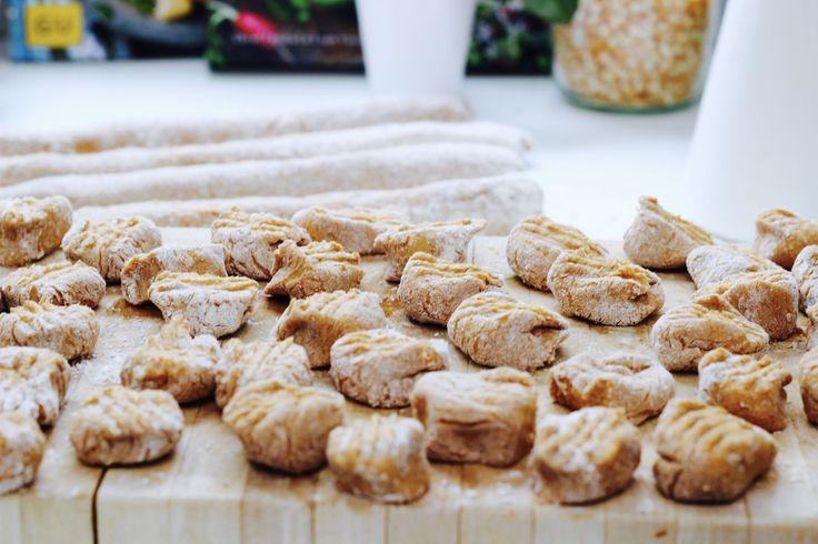 Gnocchi aus Süßkartoffeln. Mal was anderes. Dazu gebackene Kirschtomaten und geröstete Pinienkerne. Ein Gedicht!