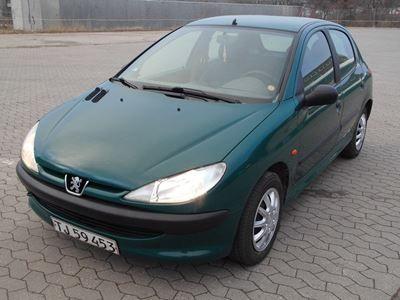 Peugeot 206 1,4 1999 servostyring km 210000 grønmetal nysynet ABS airbag centrallås startspærre service ok Benzin, En frisk nysynet og pæn Peugeot 206 1.4.  Bilen er udstyret med elruder, sædevarme, kopholder, cdafspiller med auxudgang.  Tandrem udskiftet ved 179000.  Uden nummerplader.  Mulighed for finansiering uden udbetaling.  Køb, salg og bytte med skrotbiler.