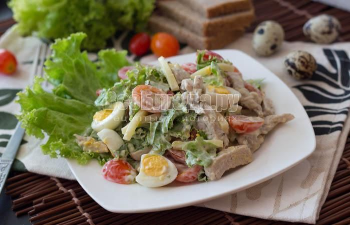 Салат с отварной свининой, помидорами, сыром, яйцами Ингредиенты: отварное мясо (свинина, говядина или куриная грудка) - 150-200 грамм помидоры черри - 15 шт. (либо 2 обычных помидора) яйцо перепелиные - 10-15 шт. (либо 2-3 обычных яйца) сыр - 80-100 грамм салатные листья - несколько штук майонез Приготовление: Сыр порезать брусочками, помидоры черри разрезать на две половинки, порубить салатные листья. Отварную свинину порезать длинными брусочками. Яйца разрезать на две половинки. Заправить…