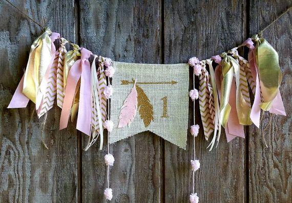 Zachte roze en gouden chevron maken van deze unieke kinderstoel banner. Kan worden gemaakt voor elke leeftijd & gebruikt als kinderstoel