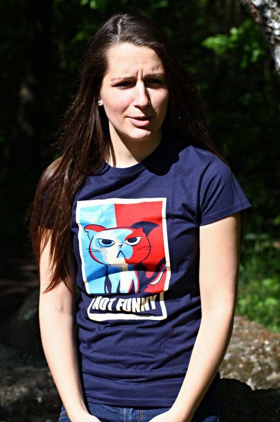 """Dames T-shirt Grumpy Cat  De vrouwelijke versie van de klassiker is een nauwsluitend model met verkorte mouwtjes en heeft een opdruk van de, door YouTube beroemd geworden, """"Crumpy Cat"""".  Blikdicht met aangenaam hoge stofdichtheid en een eersteklas verwerking."""