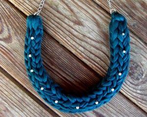 Las trenzas combinadas con abalorios u otro tipo de decorado son ideales para crear collares distinguidos y con un toque propio.