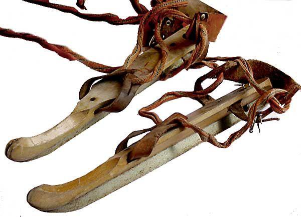 houten schaatsen, ik heb ze nog hangen op zolder maar wat een ....dingen waren dat! Ze gingen elke keer los.