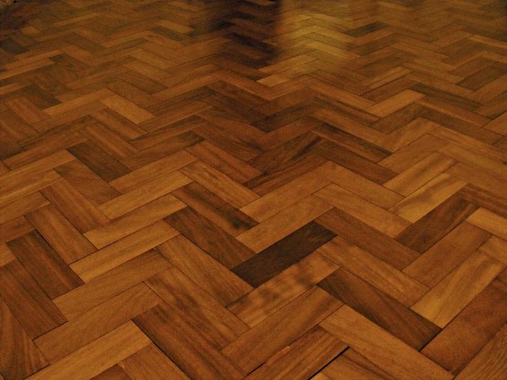 Stunning Iroko floor recently laid. igualito al piso de mi casa cuando Era chiquita!