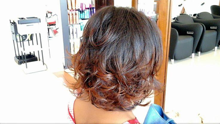 Brushing souple, couleur miel, cheveux défrisés