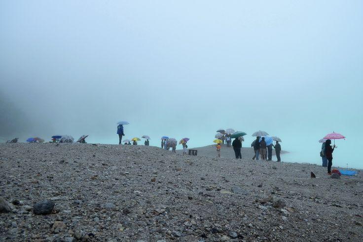 Ramai. Meskipun cuaca cukup dingin, hujan gerimis, dan kabut pekat, tempat ini masih ramai dikunjungi.