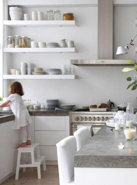 Witte keuken met betonlook Zwevende planken (evt. felle kleur strook erachter als ze niet boven het aanrecht hangen)