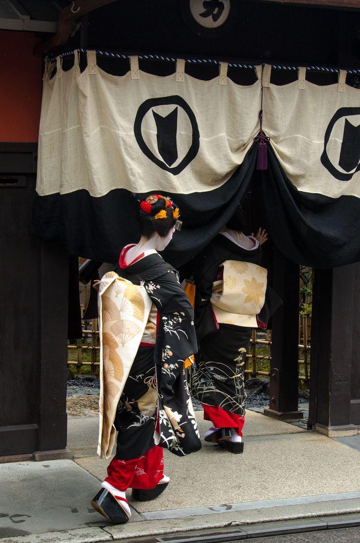 "kvnai: ""Gion, at Hassaku (Kyoto) / 祇園・八朔(京都)by Kaoru Honda **** [My profile] **** """