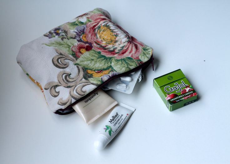 Have you inherited grandmother's old tablecloth? Perhaps it should have a new life with this simple guide for a nice little purse. It's perfect for everyday and party. There is room for both the hand cream, lipstick, pills and tampons.