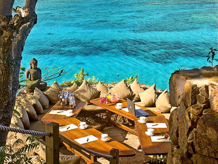 O paraíso de Necker Island faz parte das Ilhas Virgens Britânicas, localizadas nas águas do Caribe, a cerca de 40 minutos de voô vindo do aeroporto internacional de San Juan,em Porto Rico. A ilha é dividida em seis casas e abriga até 28 pessoas. O pacote de 7 dias custa a bagatela de £16,800.00
