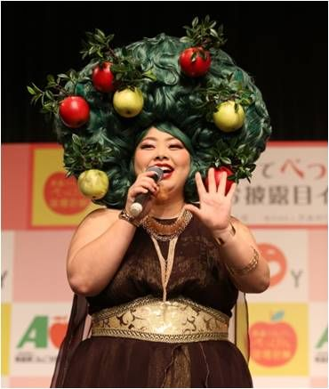 ■大好評だった昨年に引き続き、2016年度プロジェクト実行委員長に渡辺直美さんが就任! 今年は、りんごの女神をモチーフにした「巨大なりんごアフロヘアー」で登場