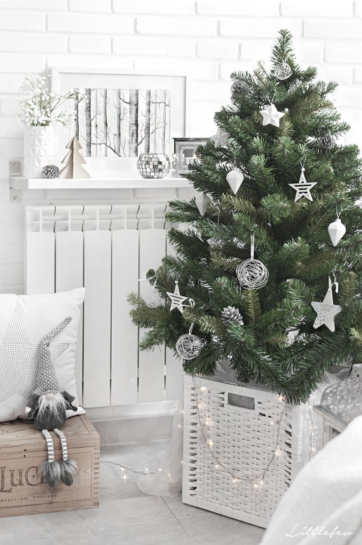 Littlefew Blog // Our new Christmas Decoration. White decor, natural decor, Christmas tree, Nordic inspiration, home details, living-room, diy, IKEA, white basket, Muy Mucho, Maison du Monde, Leroy Merlin, árbol de navidad, decoración natural en blanco y madera, wooden details.