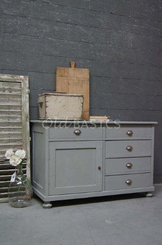 Dressoir 10162 - Landelijk vormgegeven dressoir in een zachtgrijze kleur. De kast staat op ronde pootjes en heeft zes lades met stoere oude metalen grepen.