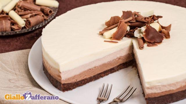 Per preparare la cheesecake al triplo cioccolato iniziate predisponendo il fondo: mettete i biscotti al cacao nel mixer quindi sminuzzateli finemente. Ponete il burro a sciogliere in un pentolino; nel frattempo mettete i biscotti sminuzzati in una ciotola e aggiungete a poco a poco il burro sciolto (1) amalgamando per bene il tutto. Imburrate una tortiera, meglio se a cerchio apribile, del diametro di 22 cm; ritagliate un disco di carta forno dello stesso diametro del fondo della tortiera e…