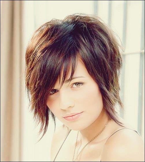 25 Wunderschöne und schmeichelhafte kurze Frisuren für runde Gesichter