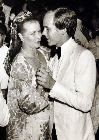 La princesa Grace Kelly baila con su único hijo varón, el príncipe Alberto de Mónaco, en la década de los años 80.