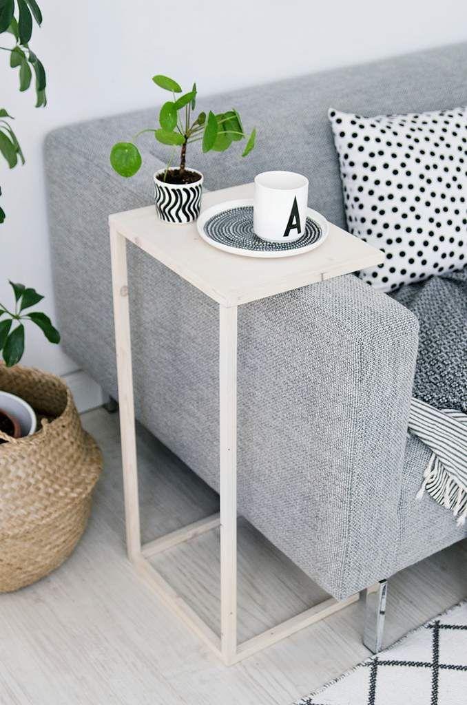 Pour créer votre table d'appoint DIY, vous aurez besoin d'une petite planche en bois, de quelques tasseaux, de vis et d'une visseuse pour assembler le tout. Vous pourrez ainsi créer votre table d'appoint à placer au dessus de l'accoudoir de votre canapé....
