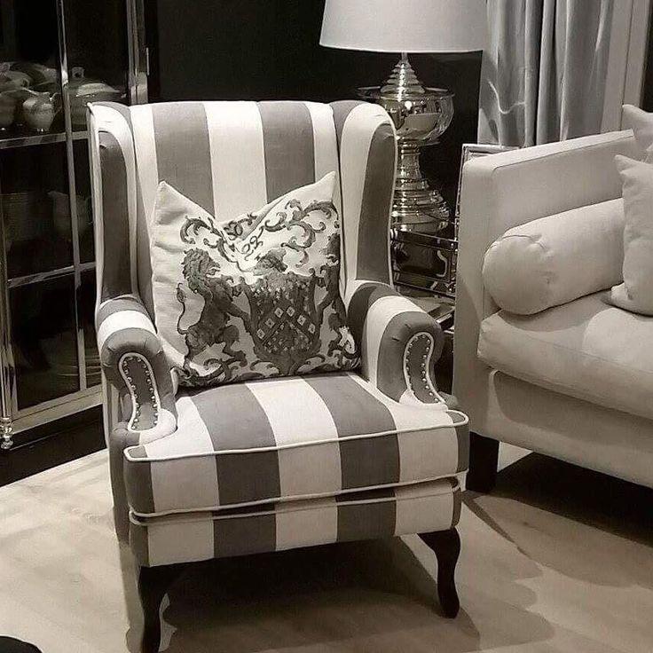 FLYTTESALG Flott #lenestol i klassisk og tidløst tekstil fra #classicliving. God sittecomfort. Meget plassvennlig. Salinas stol passer svært godt i kombinasjon til ensfarget sofa. Ekstra flott sammen med velour stoffer.  Farge: Natur/sortgrå.  Str:  Høyde: 105 cm Dybde:  77 cm  Bredde: 87 cm  Se mer på www.classicliving.no