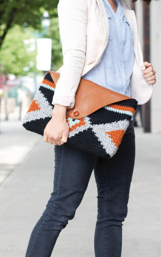 Crochet clutch pattern con video | Mollie Makes issue 43 ✿⊱╮Teresa Restegui http://www.pinterest.com/teretegui/✿⊱╮