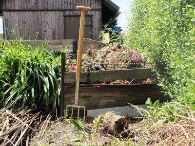 #Komposthaufen wird #Schnellkomposter - fein Kompostieren im Kleingarten — Parzelle94.deKompost gehört zu jedem Garten dazu. Er versorgt die Gartenerde mit reichlich Humus und organischen Stoffen - wichtig! Meinen alten Komposthaufen habe ich vor einiger Zeit in einen Schnellkomposter umgefüllt. Eine gute Entscheidung ;-)