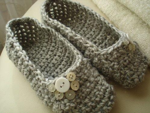 J'ai beaucoup cogité pour réussir a trouver un modèle de chaussons au crochet, pour toutes les pointures, toutes les laines et facile à réaliser. Il ne faut pas plus d'une pelote de laine. Le mieux est de partir avec une laine assez épaisse , du N° 5...