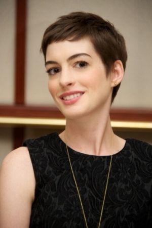 おしゃれヘアスタイルの参考にしたい海外セレブはアン・ハサウェイ♡ 大胆ピクシーカットが素敵な髪型
