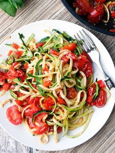 Low Carb Zucchini Nudeln - Zoodles mit Tomaten und Paprika - Gaumenfreundin.de - Foodblog