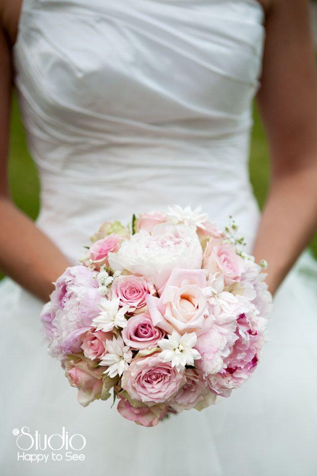 Pivoines, roses, oeillets pour un bouquet de mariée tout doux ©HappyToSee