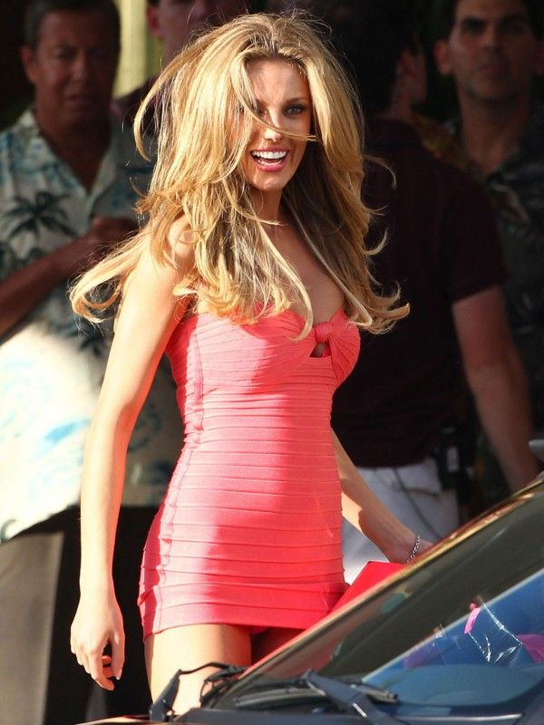 Here are 12 pics of BAR PALY on Set of Pain and Gain in Miami. The hot supermodel is wearing a tight short pink dress.