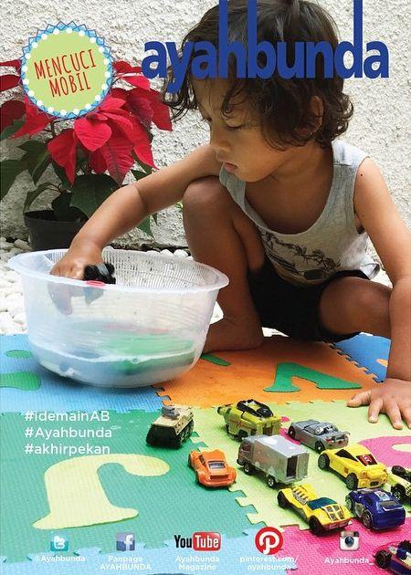 """Yuk, ajak dia lebih kreatif dengan mencuci mobil-mobilannya sendiri seperti #idemainAB """"MENCUCI MOBIL"""" di foto ini.  Yang #ayah dan #bunda butuhkan hanya sebuah ember kecil berisi air sabun dan mobil-mobilan.   Note: Mencuci mainannya sendiri tidak sekadar mengajarkan kebersihan, tapi juga tanggung jawab dan kemandirian. #balita belajar eksperimen dan adaptasi mencuci di media yang berbeda. Motorik halus #balita akan terasah lewat kegiatan membersihkan mainannya."""