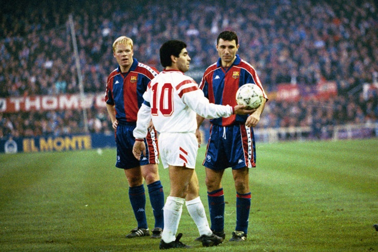 Stoichkov, junto a Maradona en un duelo en el Sánchez Pizjuán