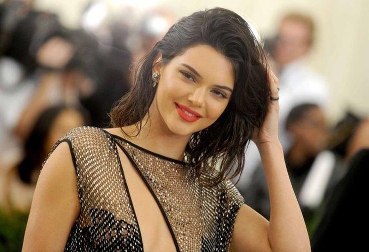Guarda le foto su Kendall Jenner, dietro il vestito niente: è suo l'abito più sexy del Met Gala