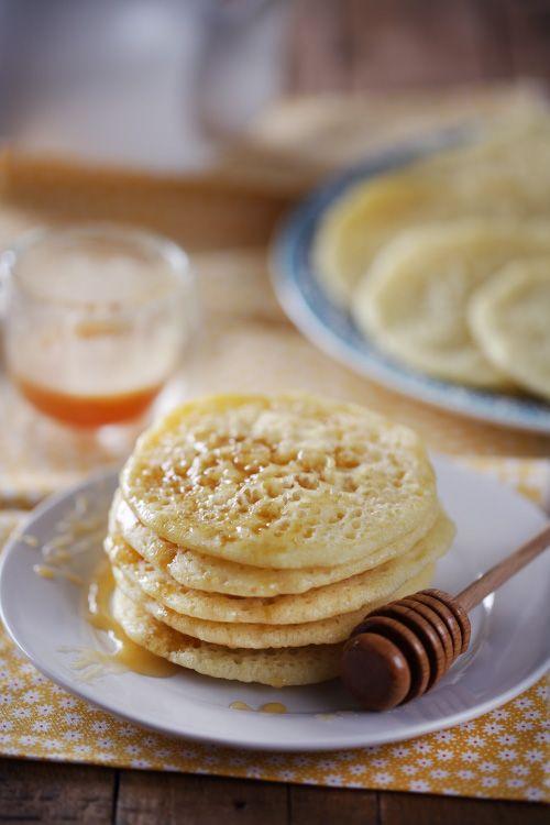 Ces jolies petites crêpes orientales sont très faciles à faire. On les appelle aussi Baghrirs ou Beghrirs. Elles ont la particularité d'être recouvertes de