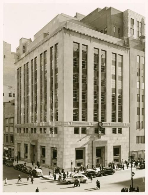 Tiffany & Co., NYC, New York Historic 1940s Photo, NY Public Library Digital Gallery  This is amazing and looks pretty much exactly the same today.  From NYPL:    727 Fifth Avenue - East 57th Street    [Tiffany & Co.]      ([194-])