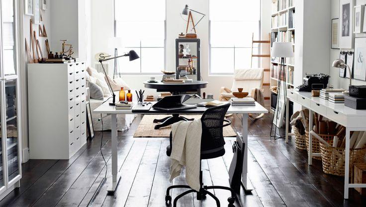 中間色とブラックとホワイトでまとめると、飽きのこないスタイルのホームオフィスに。