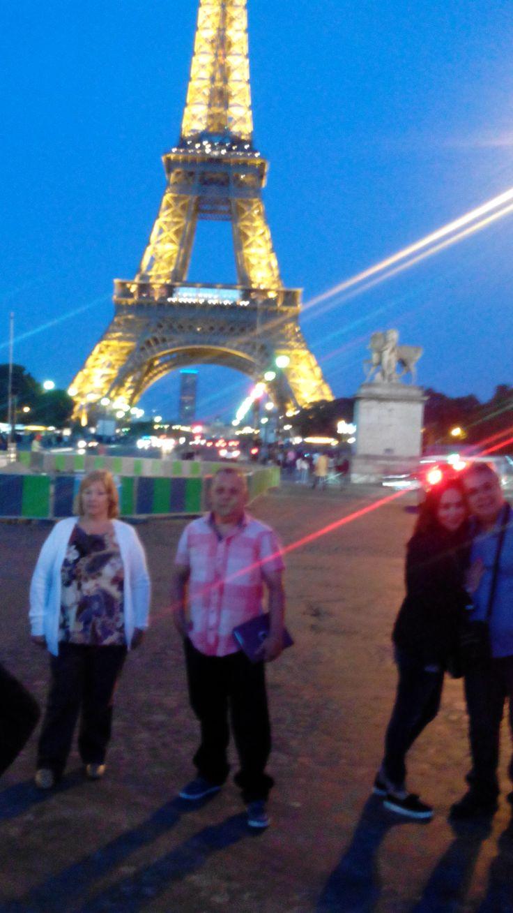 Excursión Europa 2015 Central de Reservas y Turismo Paris de noche y la Torre Eifel al fondo iluminada