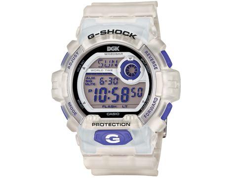 G-SHOCK cierra 2012 con una nueva edición limitada en colaboración con DGK Steve Williams. Atento al modelo G-8900DGK que Dirty Getto Kids ha creado para celebrar el 30 aniversario del reloj indestructible! Con una estructura semi trasparente, DGK ha querido potenciar los detalles color violeta de los botones y la pantalla digital.