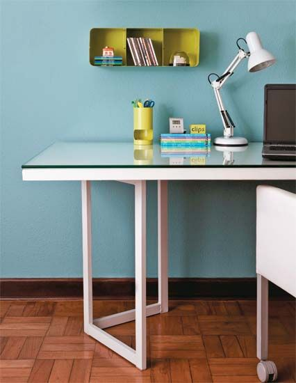 Home office barato e charmoso, composto por cavaletes, porta de madeira e vidro!