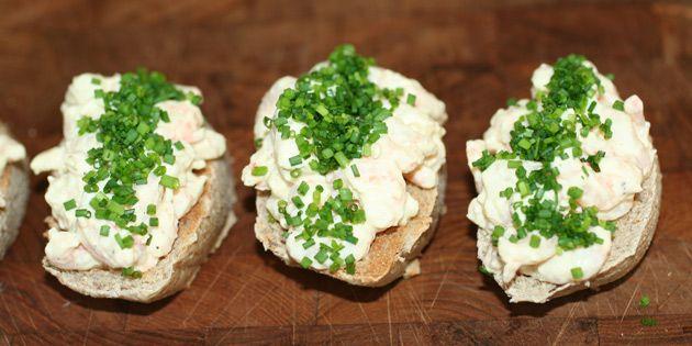 Utrolig nem opskrift på de bedste bruschettas med rejer i en dejlig dressing, som går fortrinligt i spænd med det ristede brød.