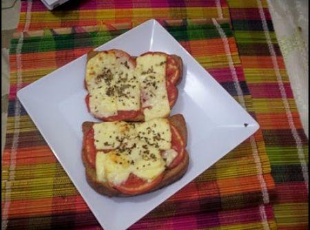 Receita de Mini pizza (com torrada) - Torrada de pão preto light com azeite, tomare, oregano e queijo minas magro no forno...