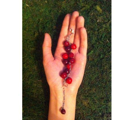 Яркий летний браслет с ягодками клюквы)