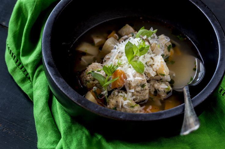 Csirkehúsgombóc leves -  | Emeljük a csirkehús levest egy magasabb szintre – mondta séfünk, majd megalkotta a csirkehúsgombóc levest. Mind küllemében, mind ízében megint valami újat mutatunk, bátorkodunk előre jelezni: csalódni most sem fogtok. Ezúttal megint csodát teszünk és a hosszadalmas főzési időt lerövidítjük, tesszük ezt úgy, hogy a csodás íz megmarad. Mi más is esne jobban ebben a változékony időben, mint ez a fenséges leves! Egészségünkre!