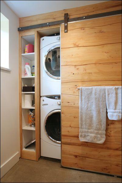 Une porte de grange rustique coulissante en bois pour cacher la buanderie  http://www.homelisty.com/integrer-lave-linge-deco/
