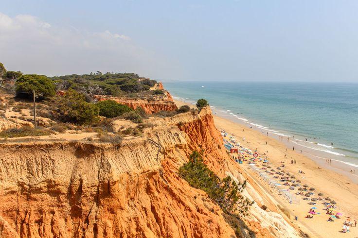 Zwischen Albufeira und Faro fand ich ihn schließlich: Die Praia da Falésia, den perfekten roten Felsenstrand, für welche die Algarvenküste so berühmt ist.