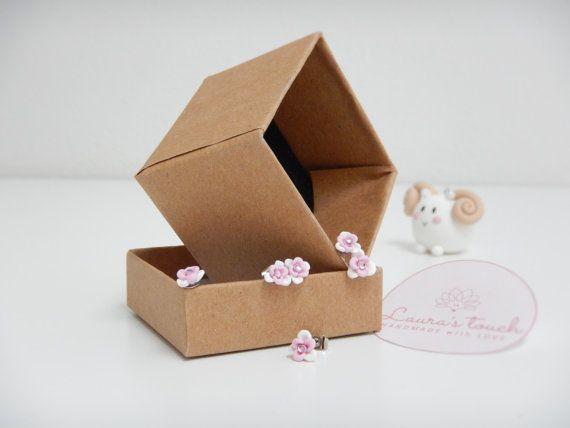 Orecchini a forma di fiore bianchi e rosa  di LaurasTouchArtcrafts