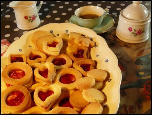 sablé koekjes met confituur en suiker