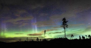 Auroras boreales, la constelación de Tauro y las Pléyades desde Islandia – El Universo Hoy